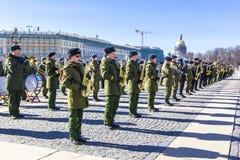 军事胜利游行胜利的准备在二战在宫殿正方形的5月9日上每年花在圣彼德堡, 免版税库存图片