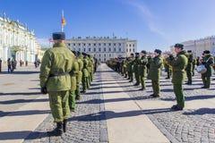军事胜利游行胜利的准备在二战在宫殿正方形的5月9日上每年花在圣彼德堡, 库存图片