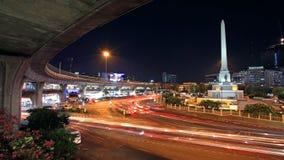 军事胜利纪念碑和高架铁路在微明在曼谷 库存照片