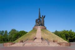 军事荣耀的纪念碑对永恒火焰的在公园胜利切博克萨雷,楚瓦什人共和国,俄罗斯 06/01/2016 免版税库存图片