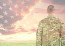 军事身分背面图反对美国国旗的 免版税库存图片