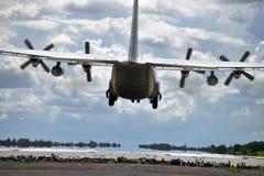 军事运输在跑道的航行器着陆 免版税图库摄影