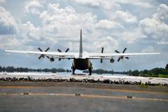 军事运输在跑道的航行器着陆 免版税库存图片