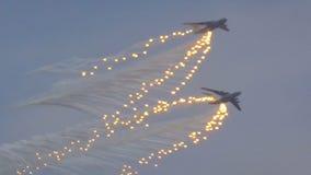 军事运输在飞行中航空器 股票录像