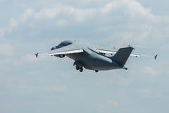 军事运输航空器安托诺夫An-178示范飞行  免版税库存图片