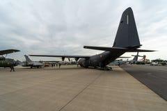 军事运输,空中加油洛克西德・马丁C-130J超级赫拉克勒斯 免版税图库摄影
