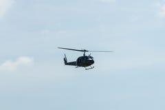 军事直升机响铃UH-1易洛魁族人示范飞行  库存照片