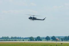 军事直升机响铃UH-1易洛魁族人示范飞行  免版税库存照片
