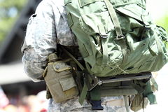 军人背包和水罐 免版税图库摄影