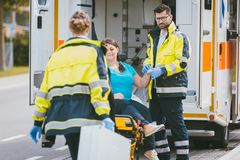 军医和紧急状态篡改事故接近的站点  图库摄影