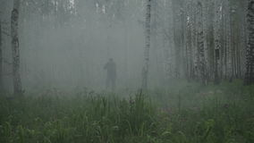 军服的一位战士通过森林跑