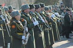 军服的人们有萨克斯管和喇叭的为庆祝胜利天参与在斯大林格勒战役在Volg 免版税库存照片
