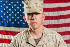 军服的人在美国下垂背景 免版税库存图片