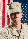 军服的人在美国下垂背景 图库摄影