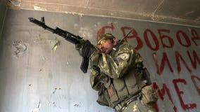 军服的战士有武器的是在被破坏的房子的窗口附近 股票录像