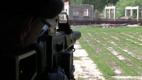 军服的战士有武器的是在被破坏的房子的窗口附近 影视素材