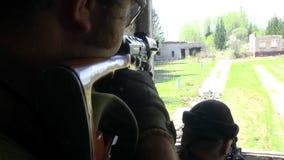 军服的战士有武器的是在被破坏的房子的窗口附近 股票视频