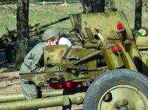 军服的男孩通过当前历史划分枪的范围看 库存照片