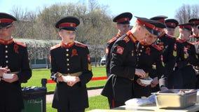 军校学生在野外用的全套炊具得到午餐 影视素材