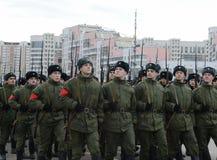 军校的军校学生有巨大爱国战争的步枪的为11月7日的游行做准备在红场 库存照片