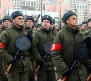 军校的军校学生有手工步兵枪的为11月7日的游行做准备在红场 免版税库存照片