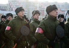 军校的军校学生有手工步兵枪的为11月7日的游行做准备在红场 免版税图库摄影