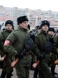 军校的军校学生有手工步兵枪的为11月7日的游行做准备在红场 库存图片