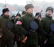 军校的军校学生有手工步兵枪的为11月7日的游行做准备在红场 库存照片