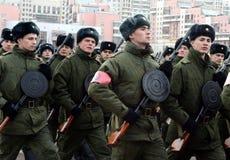 军校的军校学生有手工步兵枪的为11月7日的游行做准备在红场 免版税库存图片