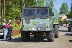军用卡车在葡萄酒车游行的芬兰Sisu在kerimyaki的 芬兰 库存图片