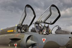 军用喷气式歼击机航空器双倍位子驾驶舱 图库摄影