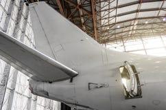 军用喷气式歼击机高速飞行在滑行道在机场 图库摄影