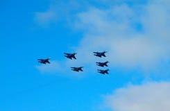 军用喷气式歼击机在示范时 库存图片