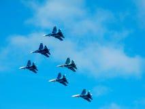 军用喷气式歼击机在示范时 库存照片
