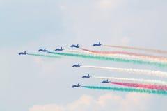 军用意大利航空器让烟 免版税库存照片