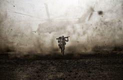 军用战士和直升机在风暴之间 免版税库存照片