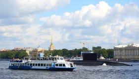 军用潜水艇和游船 免版税库存照片