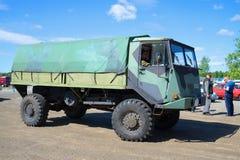 军用芬兰多用途卡车在游行的Sisu A45减速火箭的运输 免版税图库摄影