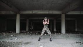 军用衣裳和墨镜的性感的肌肉人舞蹈家跳舞 轻率冒险 股票录像
