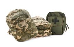 军用衣裳和急救包 免版税图库摄影