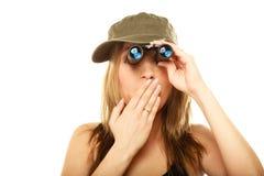 军用衣裳的妇女有双筒望远镜的 免版税库存照片