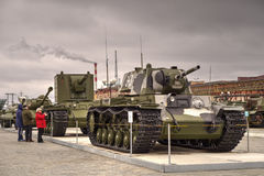 军用设备博物馆的访客  免版税库存照片