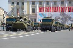 军用设备护卫舰在宫殿正方形的 游行排练以纪念胜利天 免版税库存照片