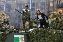 军用设备的公开示范在城市的中心广场 免版税库存图片