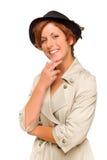 戴军用防水短大衣和帽子的可爱的红发女孩 图库摄影