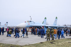 军用飞机战斗机和其他航空器在克拉斯诺达尔机场 军用设备的陈列以纪念防御者的 库存照片