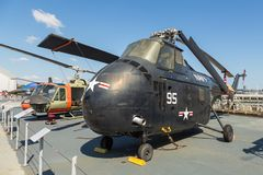 军用飞机看法在USS强悍海的甲板的,空域博物馆 免版税库存照片