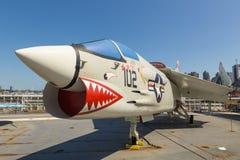 军用飞机看法在USS强悍海的甲板的,空域博物馆 免版税库存图片