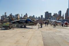 军用飞机看法在USS强悍海的甲板的,空域博物馆 库存照片