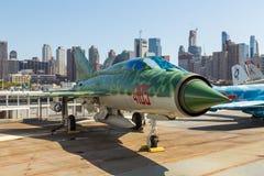 军用飞机看法在USS强悍海的甲板的,空域博物馆 库存图片